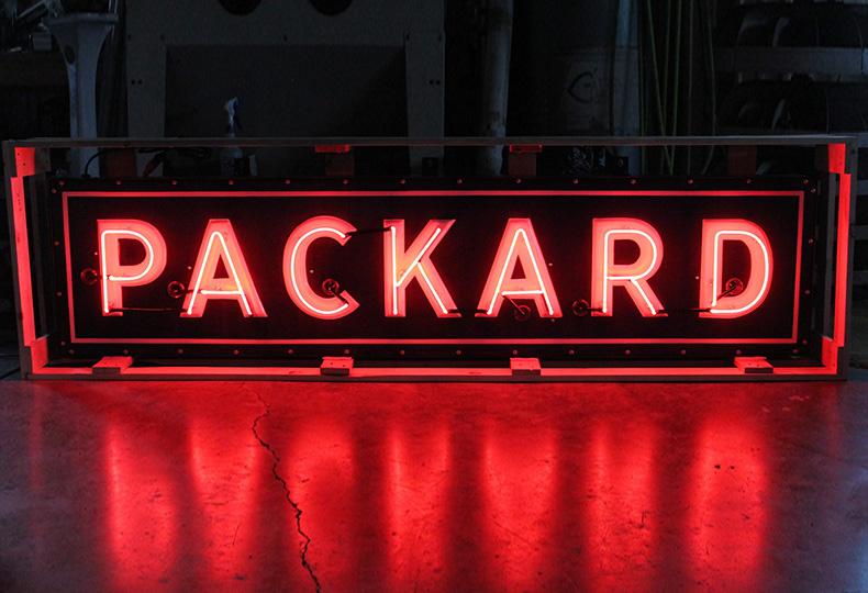 Самая первая американская неоновая вывеска украсила автосалон «Паккард»